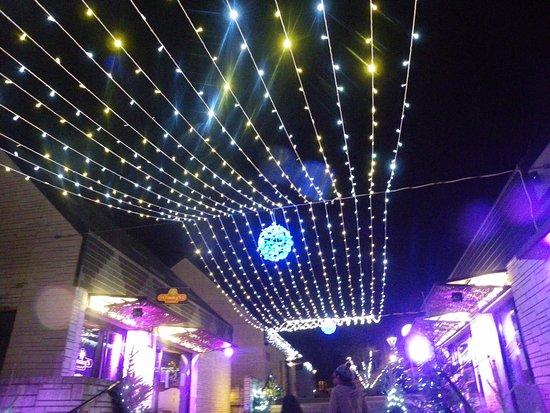 Eppe-Sauvage, France : Val Joly à Noël, la petite rue commerçante , bons petits restos