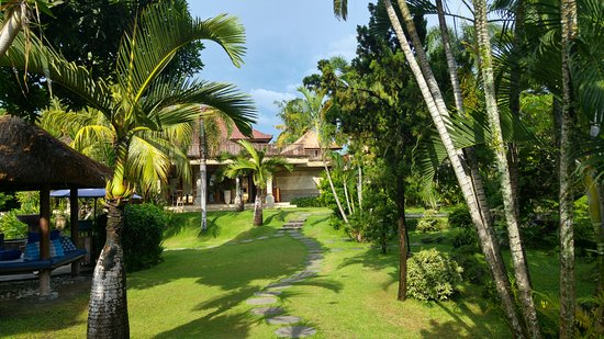 Vision Villa Resort: Path from restaurant to the pool.