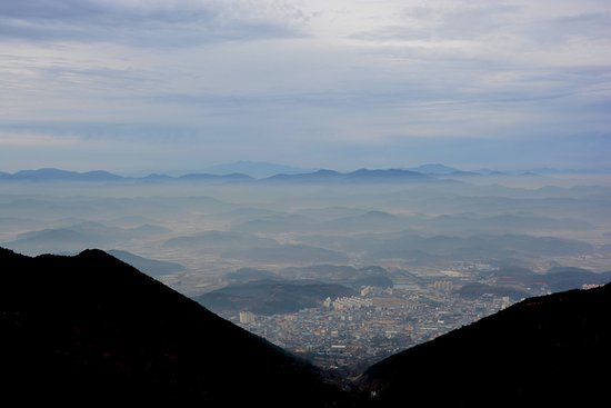 Changnyeong-gun, Corea del Sur: view from the top west, Changnyeong below