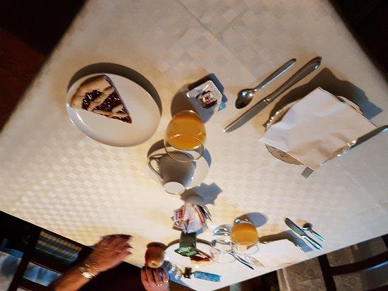 La chambre et salle kitchenette et salle de bain Petit déjeuner