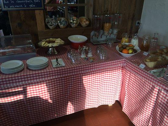 Hotel U'Fredy: Table petit dejeuner et il n'y a pas tout! La c'est que le froid.