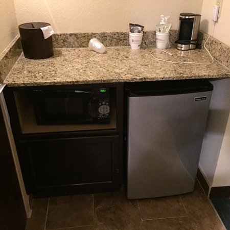 BEST WESTERN PLUS Columbia North East: Counter with Microwave and Mini-Fridge.