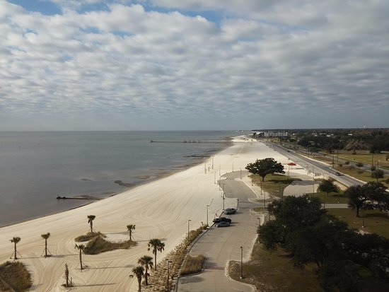 Island View Casino Resort: Gulfport's white sand beach from our Island View beach tower room...