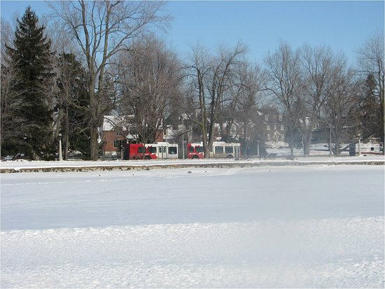 Ottawa, Canadá: Rideau Canal in the wintertime - OC Transpo bus in the background
