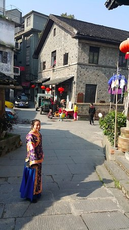 Hongjiang, Cina: Our guide in the street
