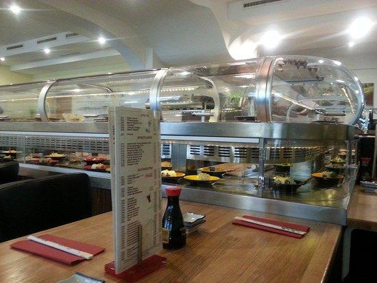 Oberasbach, Tyskland: Running Sushi vom Tisch aus