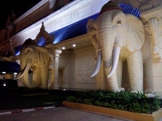 Savan Vegas Hotel & Casino: front at night