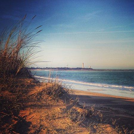 Longeville-sur-mer, فرنسا: Levée de soleil de décembre par ciel bleu et vue sur le phare des baleines !
