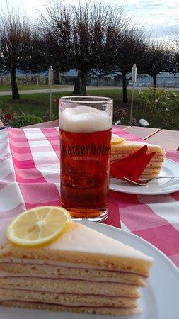 Kronach, Deutschland: Torta de limão com cerveja local!