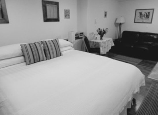 Belle Neige Suites: Whistler: King bed with cozy duvet.