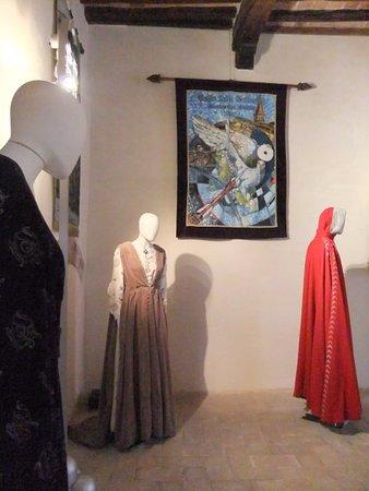 Gubbio, Italy: panoramica di abiti con stendardo