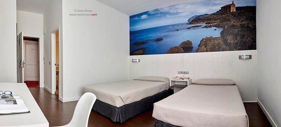 Derio, España: habitación doble con 2 camas de 1.05.Contempla la Ermita de Mundaka sin moverte de la cama