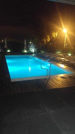 Costa Colonia Riverside Boutique Hotel: Vista de la piscina exterior de noche
