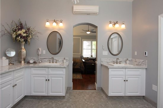 Sutter Creek, Καλιφόρνια: Bathroom with twin shower and Jacuzzi tub