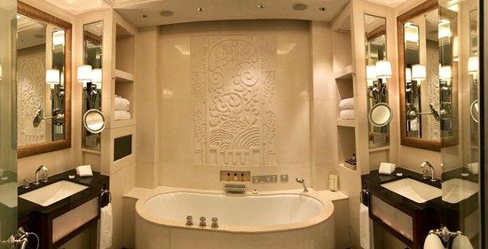 The Peninsula Shanghai: Suite. Bathroom