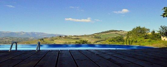 Penna San Giovanni, İtalya: Fantastisch uitzicht vanuit het zwembad met zonneterras!