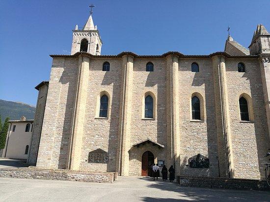 Rivotorto, Italy: piazzetta con laterale del santuario