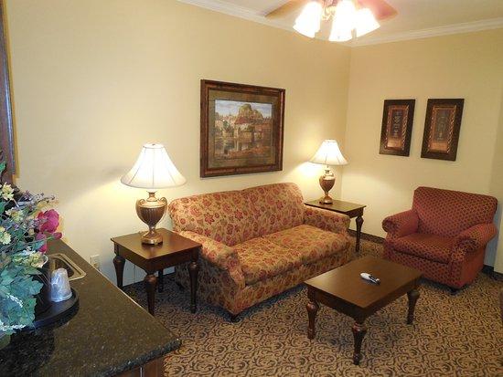 Sulphur Springs, TX: Living room separate from the bedrooom