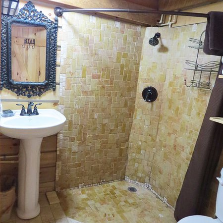 Elizabethtown, IL: Hickory Hollow bathroom