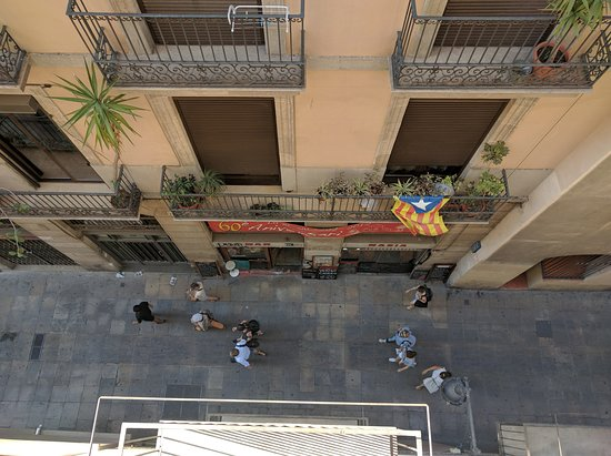 Casa Camper Hotel Barcelona: Looking down from our 3rd floor balcony.