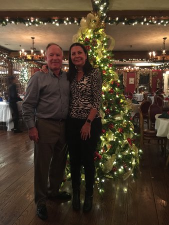 Jericho, Nova York: Chris & Sheila Korte's picture in front of Christmas tree in the dining room
