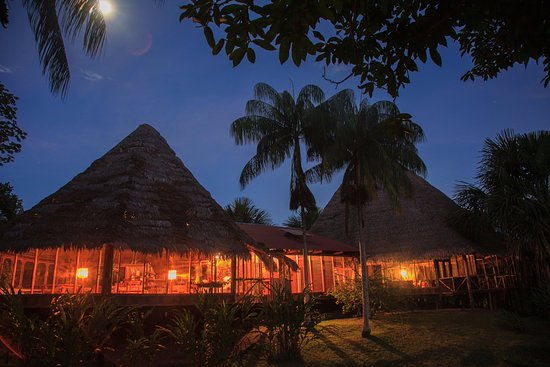 Pacaya Samiria Amazon Lodge: Vista nocturna Club House y Comedor
