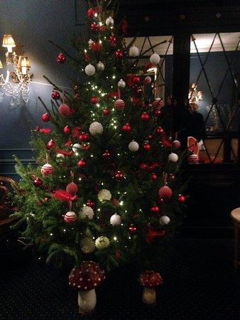 Anselmus Hotel: Le hall d'entrée aux couleurs de Noël
