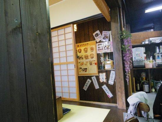 いち藤 どて万次郎本店, お店の中です。中央がメニューです