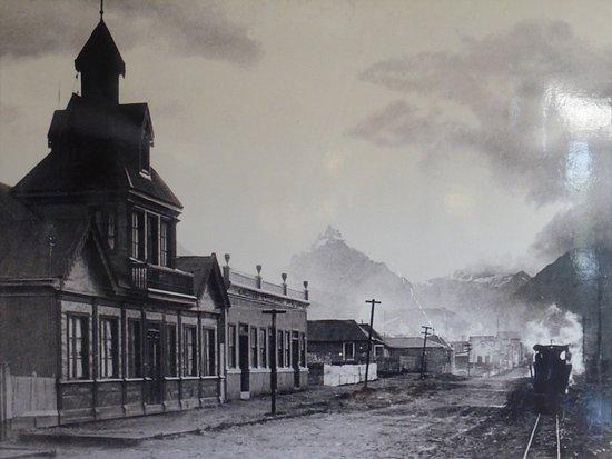 Ushuaia, Argentina: FOTO DE EPOCA / ACTUAL CALLE MAIPU 857