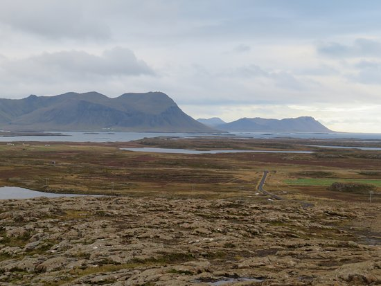 Stykkisholmur, Islandia: The road to Helgafell as seen from the top of the hill