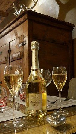 Servoz, França: Un décor authentique et raffiné, et une assiette toute en saveurs....