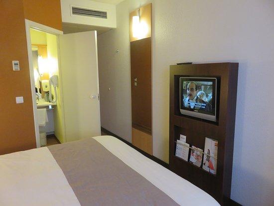 Kamer met Tv en Badkamer - Picture of Hotel Ibis Kortrijk Centrum ...
