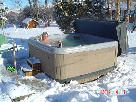 Virginia City, MT: Enjoy the hot tub - even in the snow!