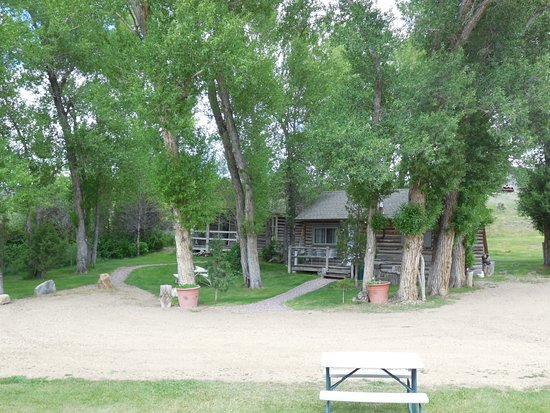 Virginia City, Μοντάνα: Cabins nestled in the trees.....peaceful!  Off street parking!