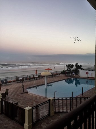 La Quinta Inn & Suites Oceanfront Daytona Beach: Early morning view is tranquil.