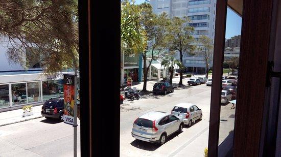 Hotel Remanso: Ventana visa a calle