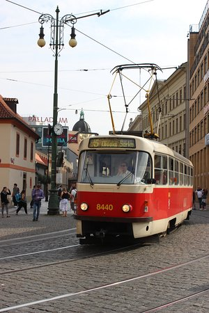 Hotel Kings Court: Tram passing by the hotel