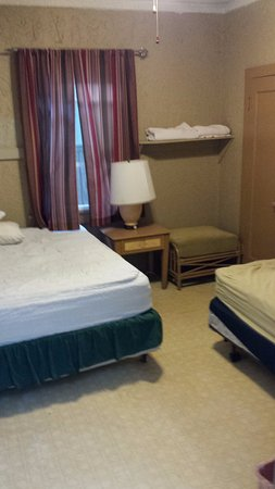 Northshore Hostel Maui: twin bed room