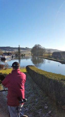 Vandenesse-en-Auxois, France: Le canal de Bourgogne près du restaurant Chez Lucotte