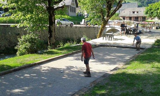 Saint-Pierre-d'Entremont, Francja: Terrain de boules ombragé