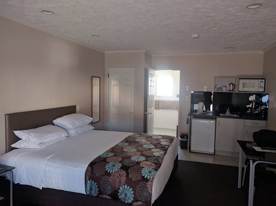 Arista Capri Motel: the room was spacious, with a small kitchenette