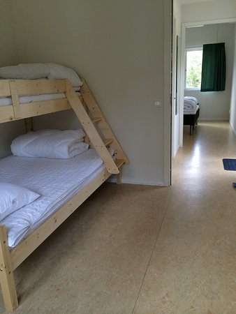 Svartso, Suécia: Familyroom with two bedrooms. One bunkbed and one doublebed. Own shower and WC. Shared kitchen.