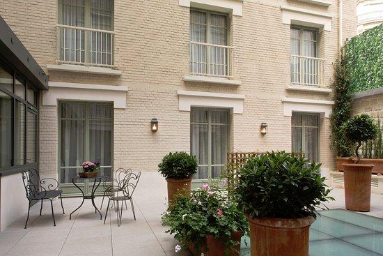 Véranda et cour intérieur - Picture of Hotel Le Littre, Paris ...