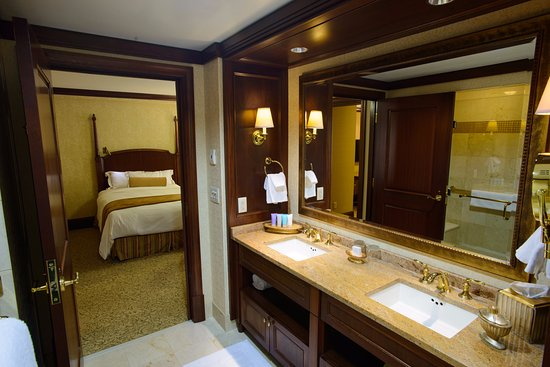 The Towers at the Kahler Grand Hotel: Bathroom of Executive Suite
