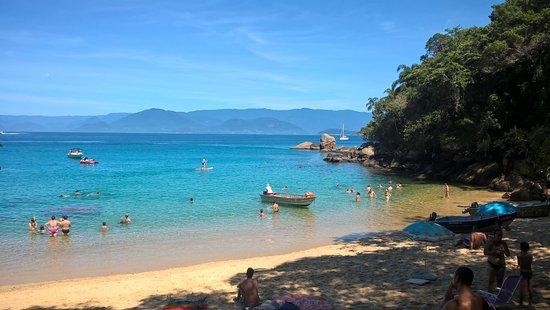 Picinguaba, SP: vista da trilha que leva até a praia com o quiosque que oferece alimentação