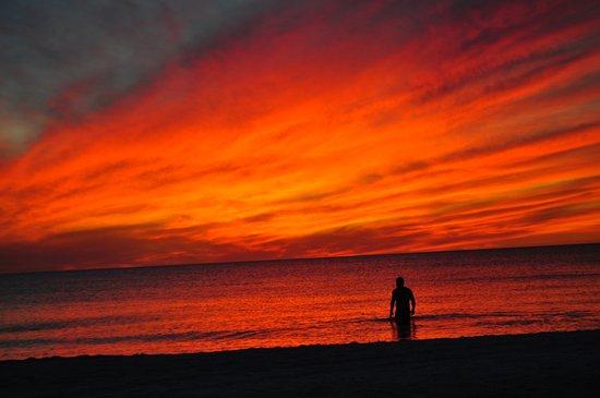 Via Roma Beach Resort: beach in front of resort at sunset