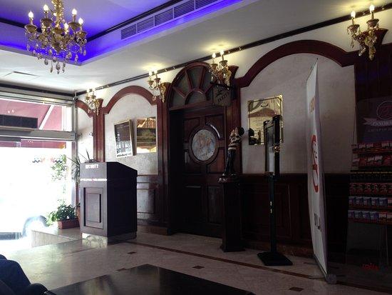 Panorama Hotel Bur Dubai: The door is Bar entrance