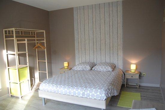 Chambre zen coté bureau photo de les chambres de la lacquette