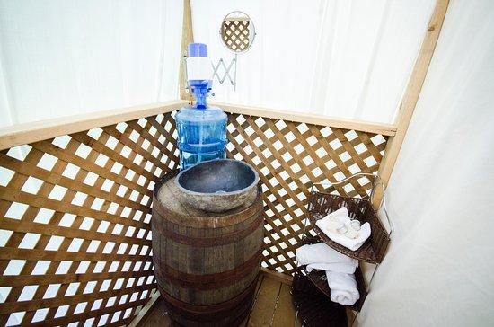 Renfrew, Kanada: Each private washroom has a barrel sink, white linens, toiletries & eco-friendly composting toil