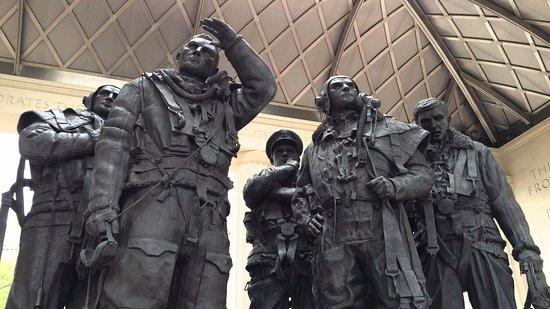 Bomber Command Memorial: Il monumento
